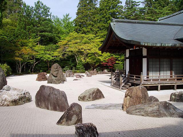 640px-Kongobuji_Temple,_Koyasan,_Japan_-_Banryutei_rock_garden-2